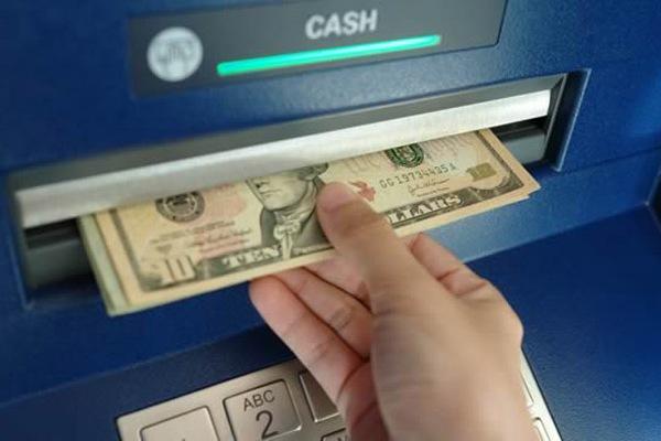 Как правильно снять деньги с кредитной карты?