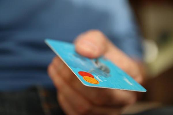 Зачем, когда и как обращаться за перевыпуском кредитки