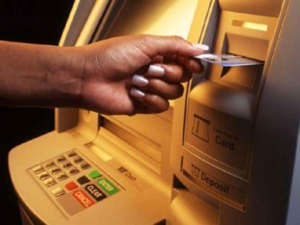 Что делать, если пластиковая карточка осталась в банкомате