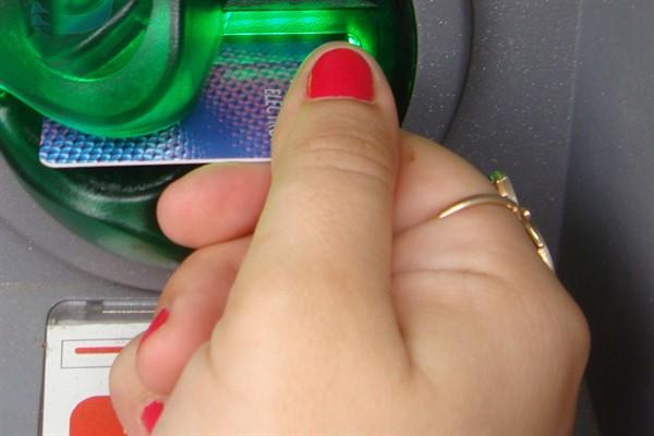 Наличные деньги: можно ли снять деньги с кредитки без пин-кода?